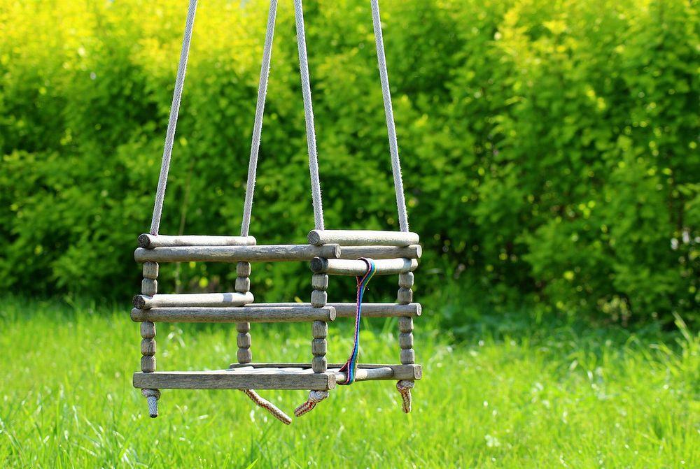庭の木製ブランコ